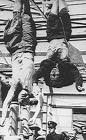 Benito Mussolini colgado boca abajo junto a Clara Petacci.